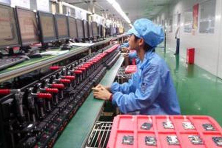 Pabrik perakitan ponsel Smartfren Andromax di China.