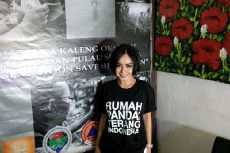 Yuni Shara hadir di kantor Yayasan Rumah Pandai Terang Indonesia, di Jalan Kertanegara, Kebayoran Baru, Jakarta Selatan, Selasa (13/10/2015), dalam jumpa pers mengenai gerakan peduli terhadap para korban kabut asap di Sumatera dan Kalimantan.