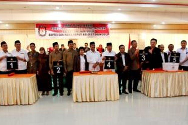Inilah lima pasang calon bupati dan wakil bupati yang telah ditetapkan oleh KPUD Kolaka, Sulawesi Tenggara. Satu diantaranya adalah Farhat Abbas.
