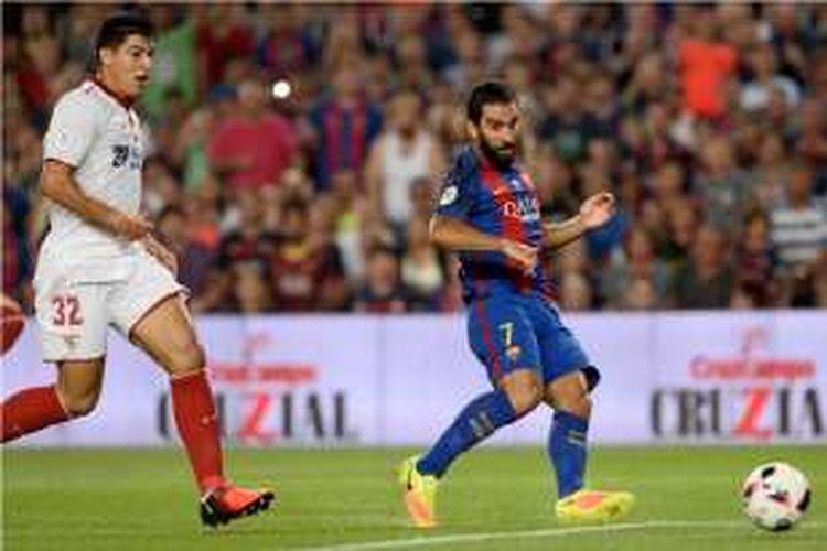 Arda Turan mencetak gol Barcelona ke gawang Sevilla pada partai Piala Super Spanyol di Stadion Camp Nou, Rabu (17/8/2016).