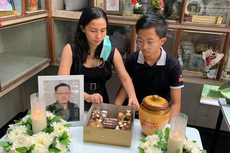 Istri dan anak korban kecelakaan tabrakan di Perumahan Lippo <a href='https://jakarta.tribunnews.com/tag/karawaci' title='Karawaci'>Karawaci</a> Kota Tangerang merayakan ultah sehari setelah kremasi korban