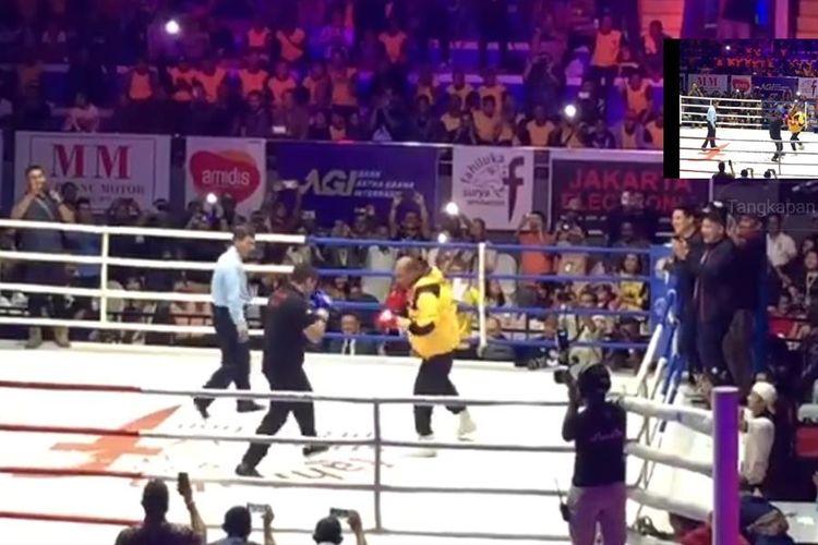 Gubernur Nusa Tenggara Timur (NTT) Viktor Bungtilu Laiskodat (Jaket kuning) berduel dengan mantan juara dunia tinju Chris The Dragon John (Kaos hitam) di Gelanggang Olahraga Kota Kupang, NTT, Minggu (7/7/2019)
