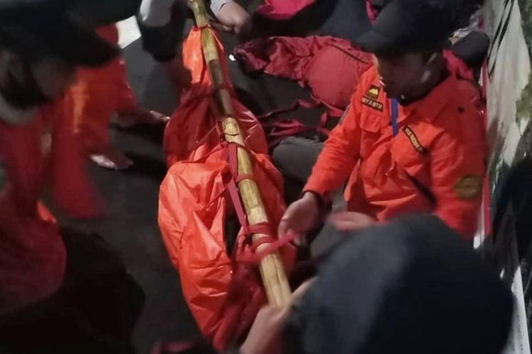 Seorang pendaki bernama Elsa Qurratul Aini (19) terpaksa dievakuasi karena mengalami gejala acute mountain sickness (AMS) saat mendaki Gunung Slamet via Bambangan, Purbalingga, Jawa Tengah, Jumat (30/10/2020).