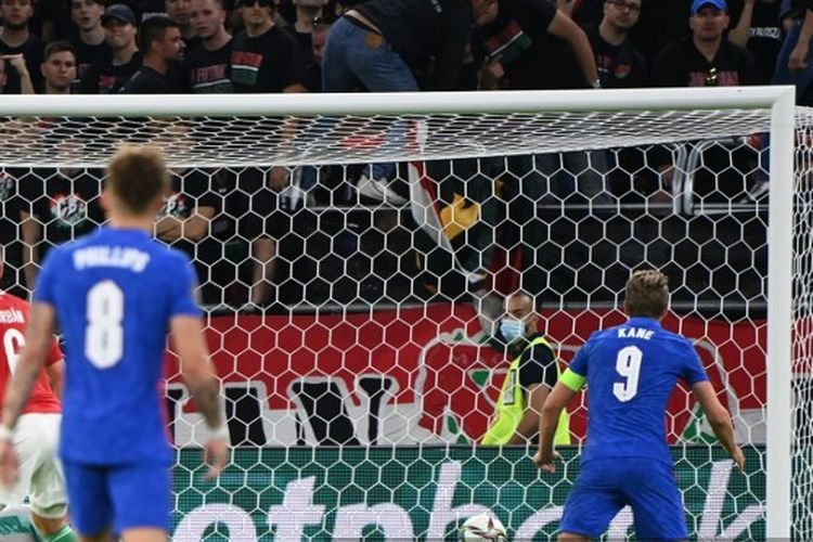 Harry Kane, terbang melakukan sundulan dan mencetak gol kedua Inggris dalam laga kontra Hongaria pada Kualifikasi Piala Dunia 2022 di Stadion Ferenc Puskas, 2 September 2021.