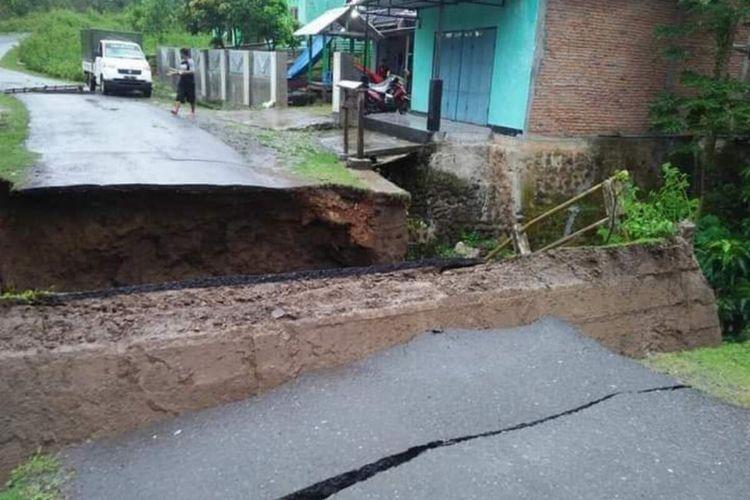 Kondisi jembatan yang menghubungkan empat desa di Kabupaten sumbawa putus total akibat diterjing banjir sungai pada Rabu (24/03/2021)