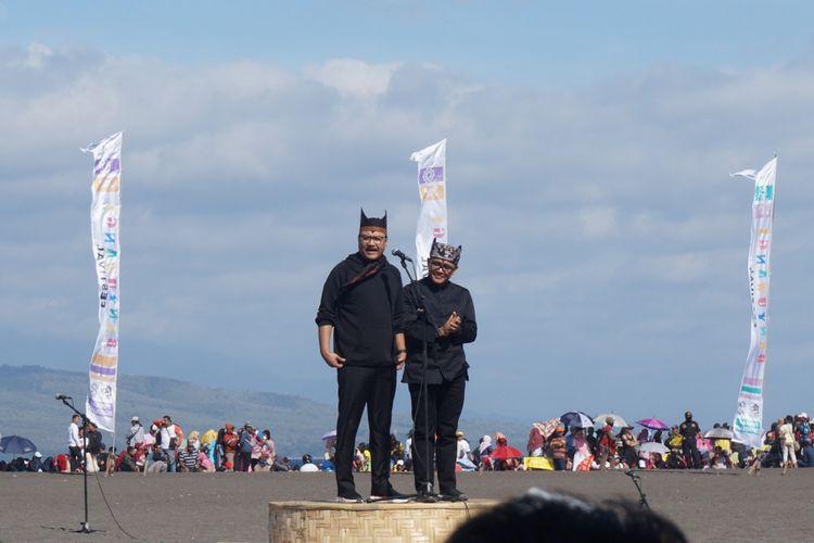 Gus Ipul dan Abdullah Azwar Anas saat sambutan di Gandrung Sewu 2018 di Pantai Boom Banyuwangi Sabtu (20/10/2018)