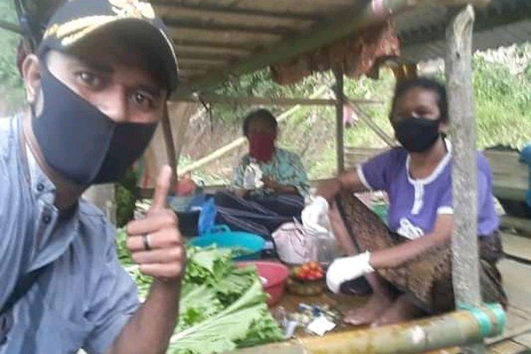 Foto : Ferdinandus Nando Watu, Kepala Desa Detusoko Barat, Kecamatan Detusoko, Kabupaten Ende, NTT pose bersama para petani yang terlibat dalam program Dapur Kita.