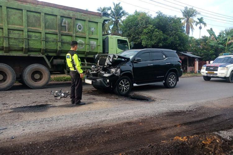 Mobil fortuner yang ditumpangi Bupati Merangin Mashuri ringsek karena menabrak truk yang berhenti mendadak, pada Kamis (9/9/2021). Dokumentasi Polres Batanghari.