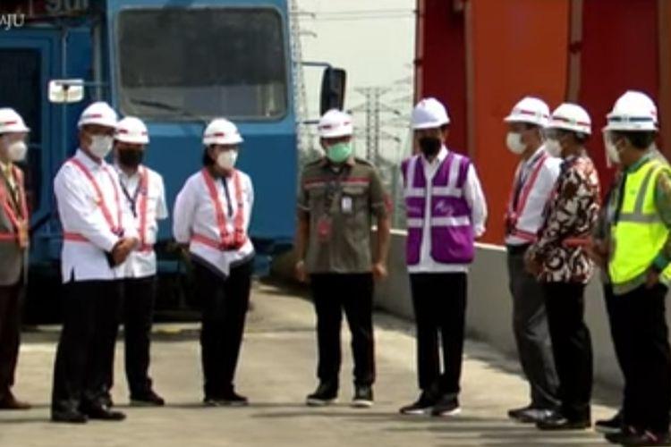 Presiden Joko Widodo meninjau lokasi proyek pembangunan Kereta Cepat Jakarta-Bandung yang berada di Kelurahan Warungharja, Cikarang Utara, Kabupaten Bekasi, Selasa (18/5/2021).