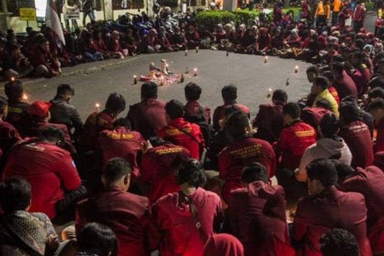 Mahasiswa di Solo mengadakan aksi solidaritas untuk dua mahasiswa di Kendari yang meninggal dunia saat berunjuk rasa, pekan lalu.
