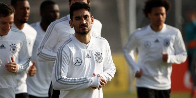Gelandang Tim Nasional Jerman, Ilkay Guendogan, menjalani sesi latihan jelang pertandingan persahabatan melawan Brasil, di Olympiastadion, Berlin, Selasa (27/3/2018) waktu setempat.