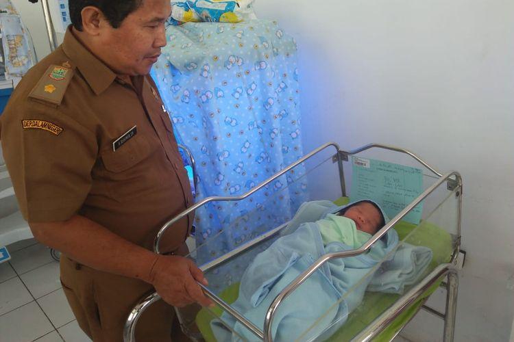 Humas RSUD Karawang Ruhimin saat menerangkan kondisi bayi laki-laki yang ditemukan di teras rumah warga Desa Gintungkerta, Kecamatan Klari, Kabupaten Karawang, Senin (1/4/2019).