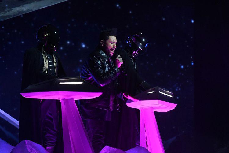 Musisi elektro asal Perancis, Daft Punk, tampil bersama The Weeknd (tengah) pada perhelatan Grammy Awards 2017 di Staples Center, Los Angeles, California, Minggu (12/2/2017).