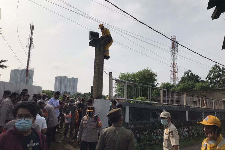Pemerintah Kota (Pemkot) Administrasi Jakarta Selatan (Jaksel), menertiban bangunan di atas tanah milik Pemerintah Provinsi (Pemprov) DKI Jakarta, di Jalan Assakinah RT 003/RW 02 Kelurahan Kebagusan, Pasar Minggu, Rabu (3/3/2021).