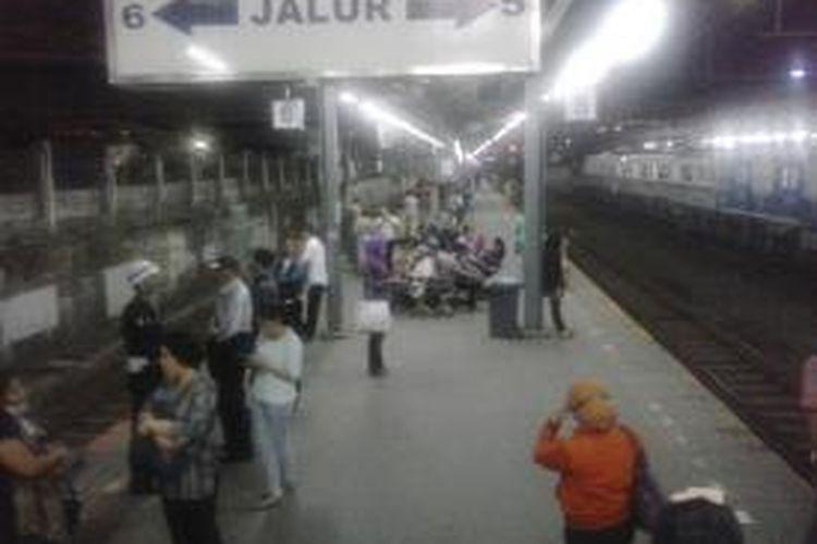 Penumpang menunggu kereta di Stasiun Tanah Abang, Jakarta Pusat, Kamis (5/3/2015) malam.