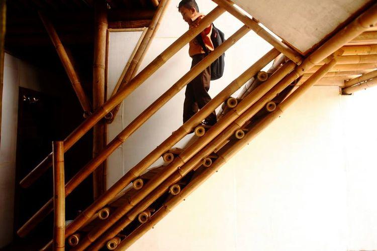 Seorang murid menuruni anak tangga di dalam PAUD Nurhikmat, Tasikmalaya