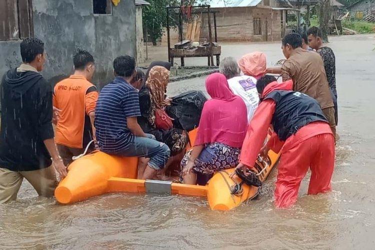 Warga di tiga desa di Kabupaten Halmahera Utara, Maluku Utara diungsikan menggunakan perahu karet Basarnas akibat banjir pada Senin (02/03/2020)