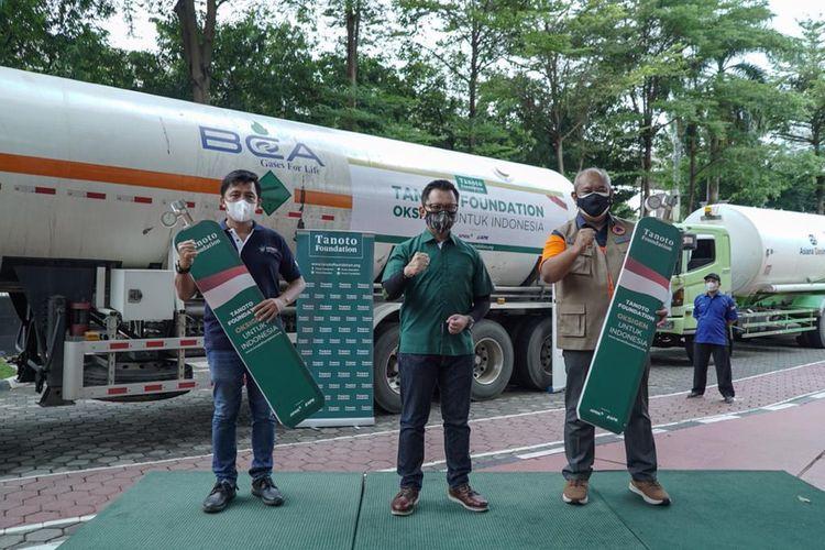 Direktur Komunikasi Tanoto Foundation Haviez Gautama menyerahkan donasi kepada pemerintah berupa 500 ton liquid oxygen untuk penanganan Covid-19 di Indonesia, di Lapangan KantorKementerian Kesehatan (Kemenkes), Jakarta, Minggu (11/7/2021).