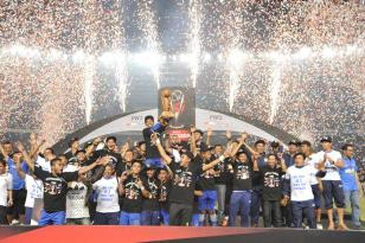 Para pemain Persib Bandung bersuka cita memboyong trofi usai mengalahkan Sriwijaya FC dalam final Piala Presiden 2015 di Stadion Utama Gelora Bung Karno, Senayan, Jakarta, Minggu (18/10/2015).