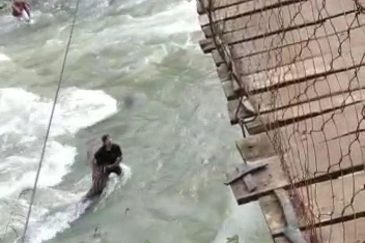 Satu keluarga terjatuh ke sungai saat melintas di jembatan gantung di Kampung Muhara, Desa Ciladeun, Kecamatan Lebakgedong, Kabupaten Lebak, Banten, Rabu (15/9/2021)