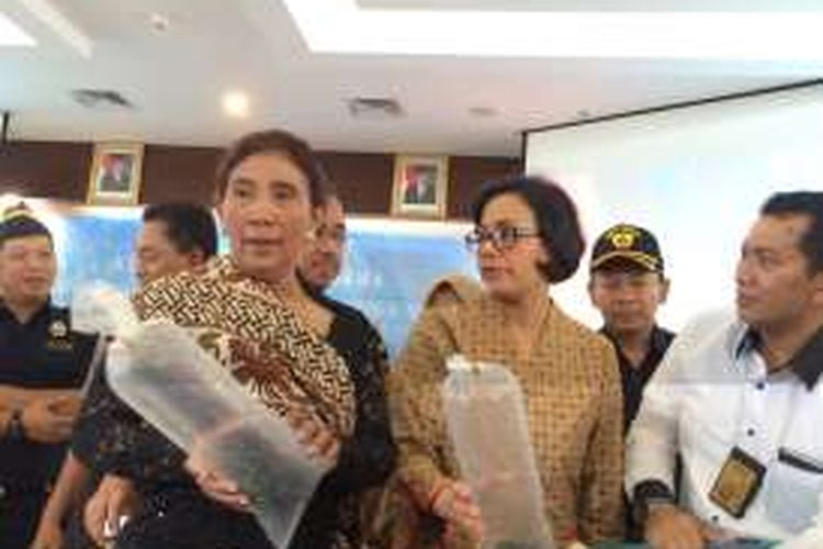 Menteri Kelautan dan Perikanan Susi Pudiastuti dan Menteri Keuangan Sri Mulyani Indrawati melihat barang bukti hasil benih lobster hasil operasi gabungan di Gedung Mina Bahari IV, Jakarta, Rabu (26/10/2016).