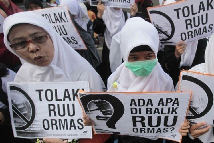 Ilustrasi: Massa Hizbut Tahrir Indonesia (HTI) Jawa Barat membentangkan poster menolak Rancangan Undang-Undang (RUU) tentang Organisasi Masyarakat (Ormas) dalam unjuk rasa damai di depan Gedung Sate, Jalan Diponegoro, Kota Bandung, Kamis (11/4/2013). Menurut mereka RUU Ormas ini berpotensi sangat besar membungkam sikap kritis masyarakat terhadap pemerintah dengan berbagai dalih.