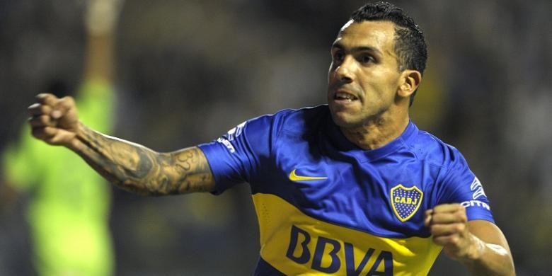 Penyerang Boca Juniors, Carlos Tevez, melakukan selebrasi usai membobol gawang Newells Ol Boys dalam laga kasta tertinggi Argentina dui Stadion La Bombonera, Sabtu (20/2/2016).