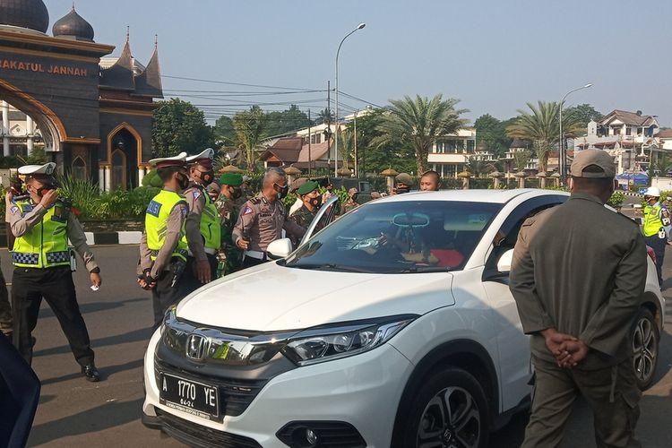 Sejak diberlakukannya penyekatan, petugas kepolisian terus berjibaku membendung pemudik maupun wisatawan yang melintasi kawasan Puncak Bogor, Jawa Barat.