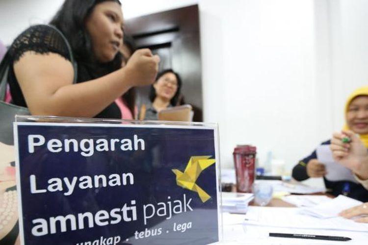 Sejumlah warga mengikuti program Amnesti Pajak di Kantor Pajak Kota Tangerang, Jumat (30/9/2016). Hari ini hari terakhir pelaporan pengampunan pajak tahap pertama, Program ini diadakan untuk meringankan pembayaran pajak.