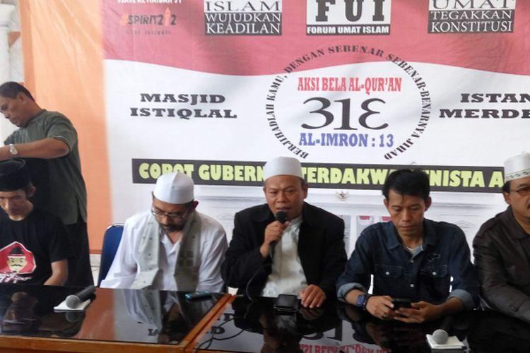 Sekjen Forum Umat Islam (FUI), Muhammad Al Khaththath (tengah sedang pegang mik) dalam konfrensi pers yang digelar di Aula Mesjid Baiturrahman, Jalan Dr Saharjo, Jakarta Selatan, Kamis (30/3/2017).