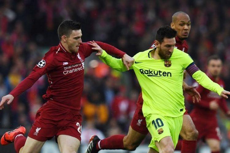 Andrew Robertson sedang berduel dengan Lionel Messi pada leg kedua semifinal Liga Champions 2018-2019 di Stadion Anfield.