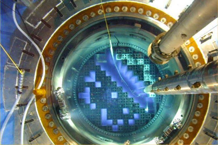 Pengisian bahan bakar reaktor nuklir.
