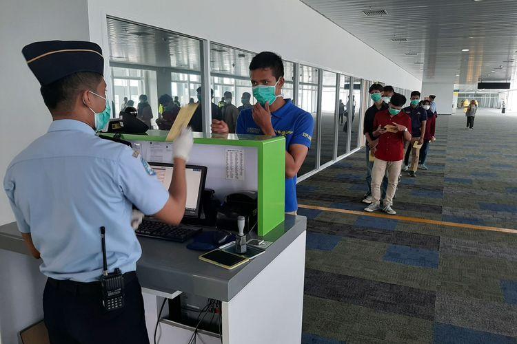 Penumpang di Bandara Internasional Jenderal Ahmad Yani Semarang