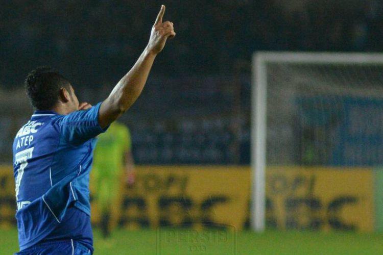 Kapten Persib Bandung, Atep, merayakan gol pada sebuah pertandingan Piala Presiden 2017.