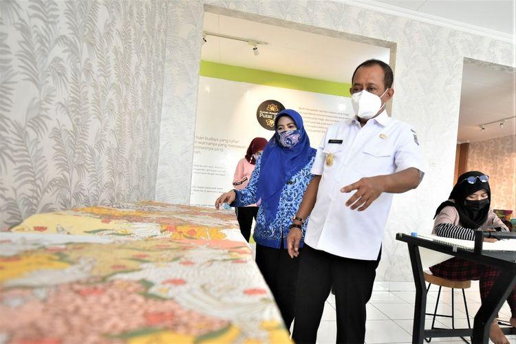 Wakil Wali Kota Surabaya Armuji saat mengunjungi UMKM binaan Pemkot Surabaya beberapa waktu lalu