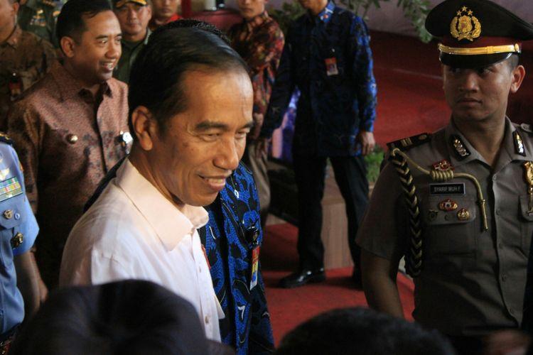 Presiden Joko Widodo saat menyapa masyarakat di Pendopo Pemkab Cilacap, Kamis (15/6/2017).