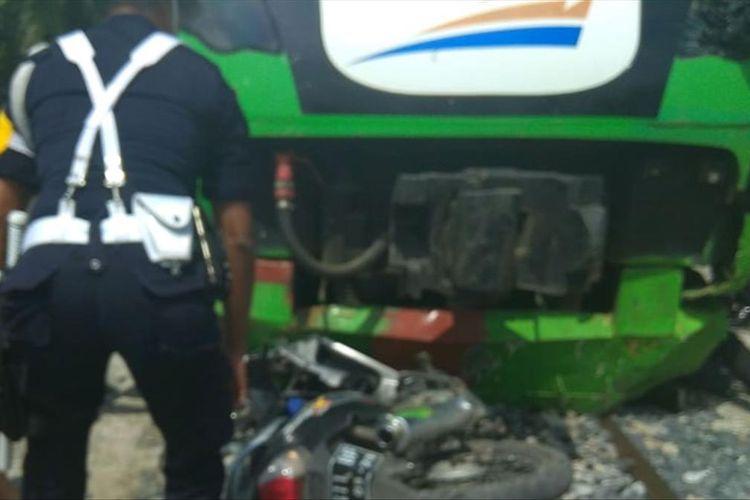 Kereta Api bandara Minangkabau Ekpres menabrak pengendara sepeda motor. Dua orang tewas, Senin (22/7/2109) (Dok: Humas PT KAI Sumbar)