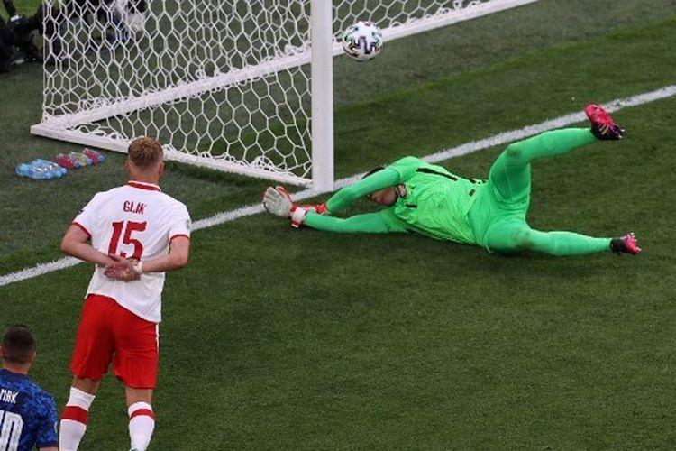 Wojciech Szczesny saat melakukan bunuh diri pada laga Grup E Euro 2020 yang mempertemukan Polandia vs Slovakia di Stadion Krestovsky, St. Petersburg, pada Senin (14/6/2021) malam WIB.