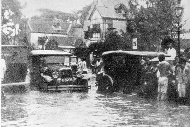 Pada 8 Januari malam hingga 9 Januari 1932 dini hari, hujan deras mengguyur Batavia, sekarang Jakarta. Saat itu curah hujan mencapai 150 mm. Akibatnya, air meluap sehingga terjadi banjir, seperti di kawasan selatan Koningsplein (sekarang Monas), tepatnya di Gang Holle (kini Jalan Sabang), terlihat mobil mogok di tengah genangan air.