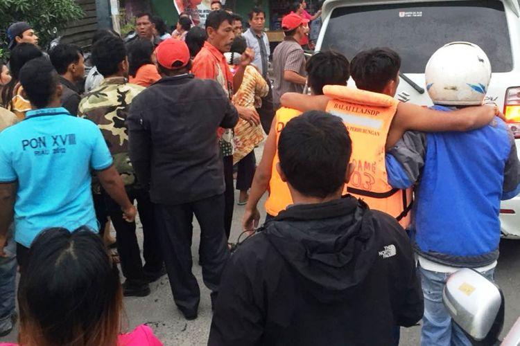 Proses evakuasi korban KM Sinar Bangun yang tenggelam di perairan Danau Toba, Senin (18/6/2018)