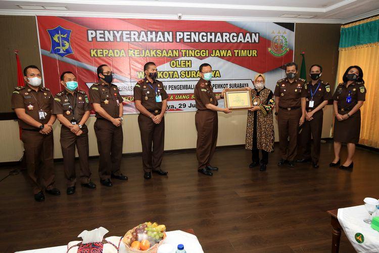 Kota Surabaya Tri Rismaharini memberikan penghargaan kepada Kepala Kejaksaan Tinggi Jawa Timur, Mohamad Dofir beserta jajarannya di Kantor Kejati Jatim, Rabu (29/7/2020).