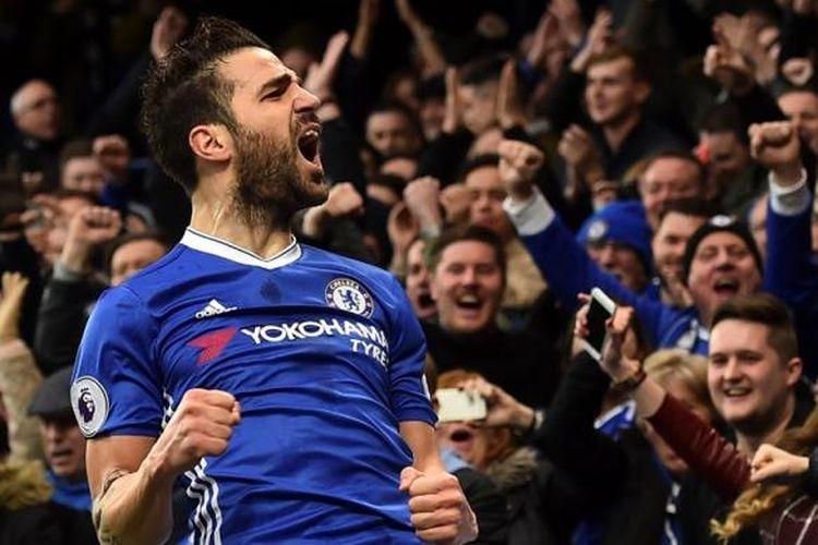 Cesc Fabregas merayakan gol Chelsea ke gawang  Swansea City pada partai lanjutan Premier League di Stadion Stamford Bridge, Sabtu (25/2/2017).