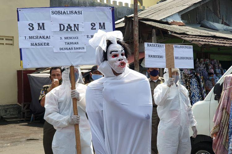 Sosialisasi protokol kesehatan menggunakan pocong-pocongan di Kecamatan Larangan Kota Tangerang, Rabu (16/9/2020)