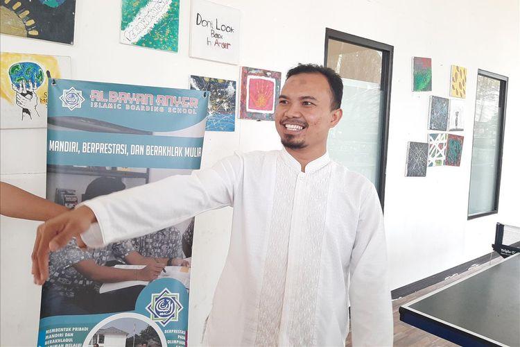 Kepala Sekolah SMA Pesantren Unggu Al Bayanl Deden Ramdani saat ditemui di kantornya Rabu (7/8/2019). Enzo Zenz Allie merupakan Alumni SMA Al Bayan yang lulus tahun 2019.