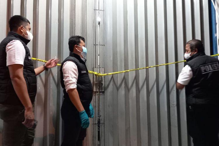 Polisi menutup gudang obat milik PT ASA yang menimbun obat untuk penanganan Covid-19 di Kalideres, Jakarta Barat, pada 9 Juli 2021
