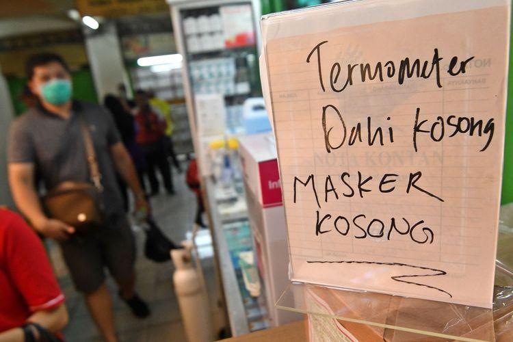Pengumuman stok masker kosong terpasang di salah satu kios di Pasar Pramuka, Jakarta, Senin (2/3/2020). Harga masker dan hand sanitizer di sentra alat kesehatan tersebut mengalami lonjakan dari 600 persen hingga 1.400 persen akibat permintaan konsumen yang meningkat drastis setelah Presiden Joko Widodo mengumumkan dua warga Kota Depok positif terinfeksi virus corona. ANTARA FOTO/Aditya Pradana Putra/ama.   *** Local Caption ***