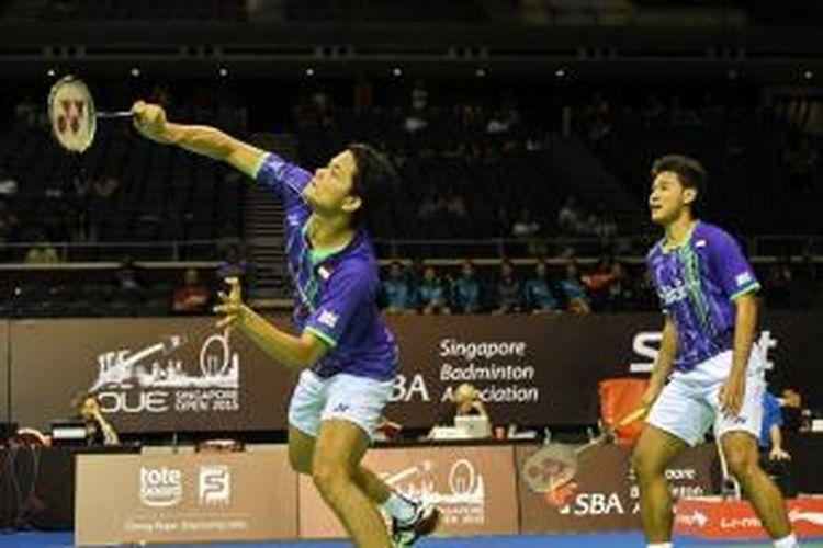 Pasangan ganda Indonesia, Angga Pratama (kanan)/Ricky Karanda Suwardi, melakukan serangan ke arah pasangan Korea Selatan, Lee Yong-dae/Yoo Yeon-seong, pada perempat final Singapura Terbuka di Indoor Stadium, Jumat (10/4/2015). Angga/Ricky menang 21-19, 21-18.