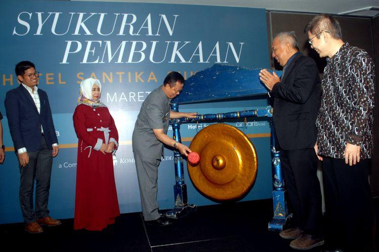 Wali Kota Sukabumi Mohamad Muraz memukul gong sebagai tanda syukuran pembukaan Hotel Santika Sukabumi di Jalan Bhayangkara, Kota Sukabumi, Jawa Barat, Rabu (14/3/2018).