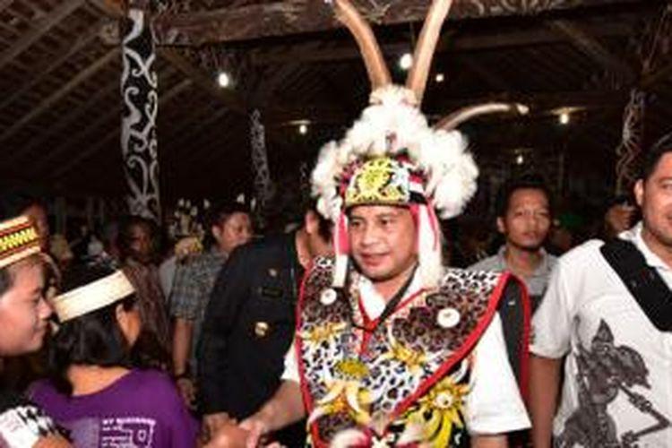 Menteri Desa, Pembangunan Daerah Tertinggal, dan Transmigrasi, Marwan Jafar mengenakan pakaian adat Dayak, saat mengunjungi Kabupaten Malinau, Kalimantan Utara, Senin (16/11). Oleh masyarakat setempat, dianugerahi gelar adat 'Ngang