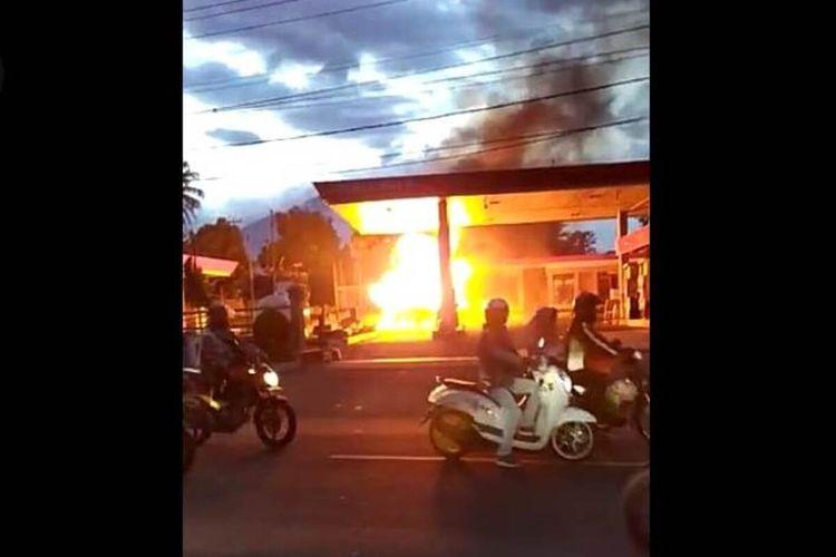 Mobil pengangkut tabung elpiji 3 kg terbakar di area SPBU di Cianjur, Jawa Barat, Kamis (22/10/2020) petang usai isi bensin.
